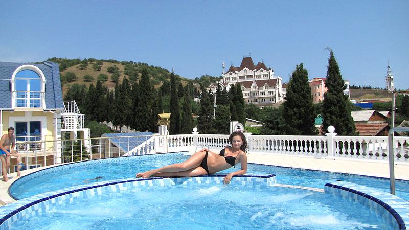 Открытый бассейн, 'Вилла Арго' отель, Алушта, Южный берег Крыма - путевки и отдых.