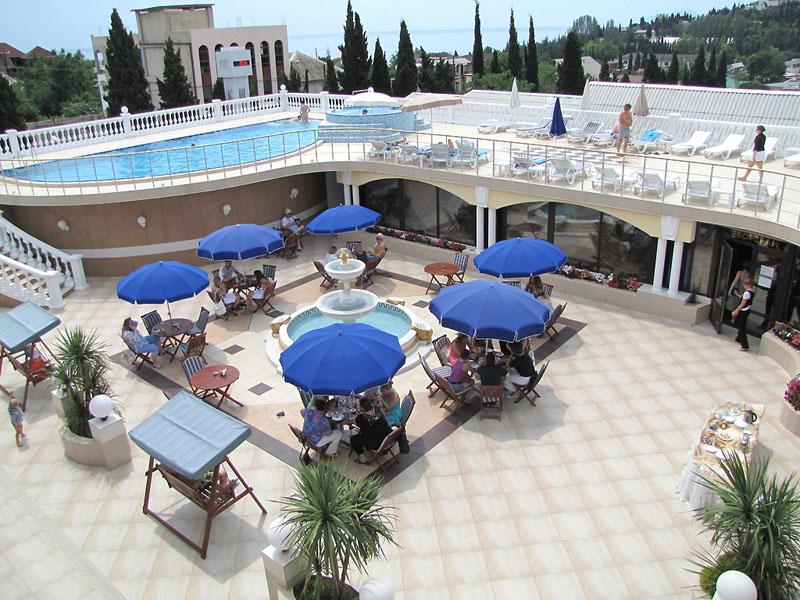 Внутренний двор с бассейном, 'Вилла Арго' отель, Алушта, Южный берег Крыма - путевки и отдых.